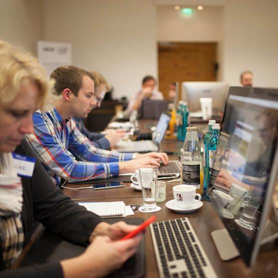 Die Teilnehmer des ASUS Reiseblogger Workshops bei der Arbeit.